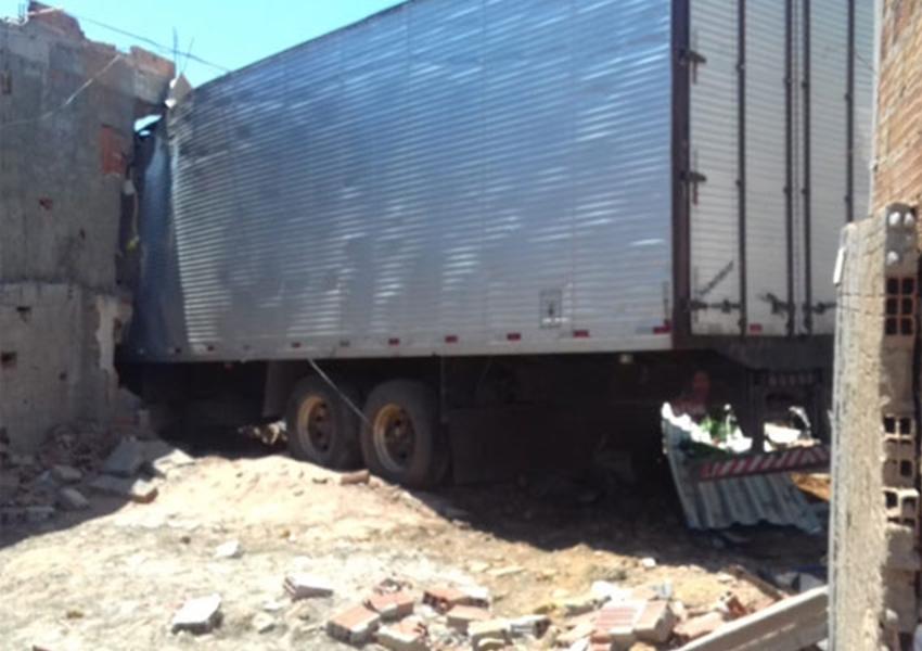 Ituaçu: caminhão desgovernado atinge lava jato; carros e prédio; três pessoas ficaram feridas