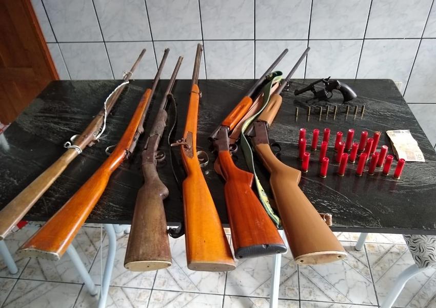 Seis espingardas e revólver apreendidos com dupla em Laje