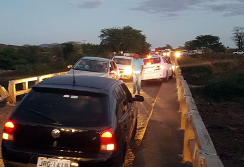 Carros colidem frontalmente sobre ponte em Sussuarana