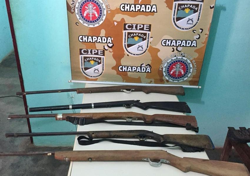 Itaetê: Polícia apreende cinco armas longas escondidas em cabana de palha