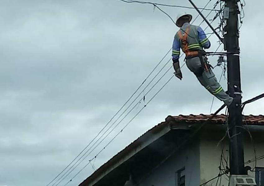 Homem se revolta após ter luz cortada, tira escada e deixa técnico pendurado em poste