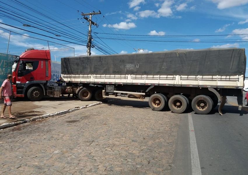 Brumado: Carreta apresenta problema nos freios e colide contra muro da AABB na Avenida Centenário