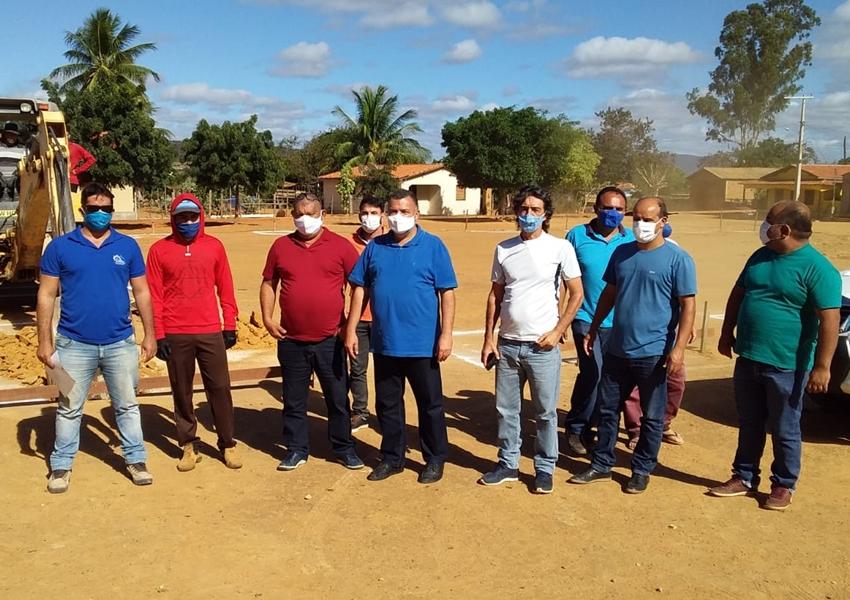 Livramento: Prefeito assina ordem de serviço para construção de quadra poliesportiva e novo cemitério em Lourenço