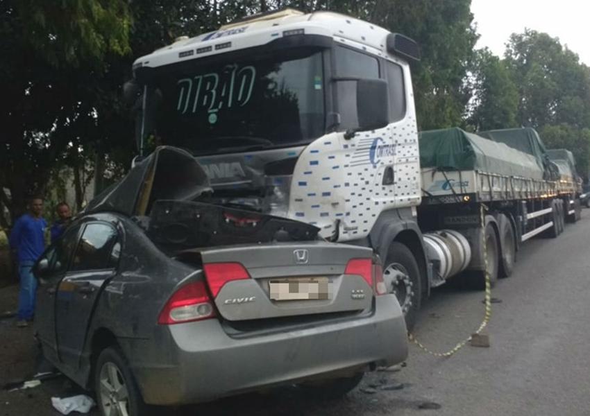 Estudante de engenharia morre após perder controle de direção e bater carro em carreta no sudoeste da Bahia