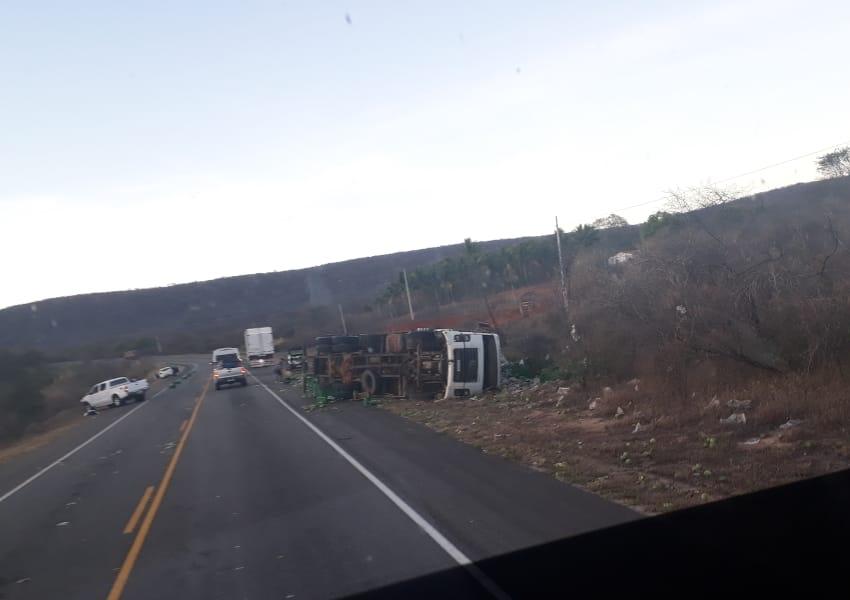 Caminhão carregado com maracujá tomba e dois outros veículos se envolvem no acidente na BA-262