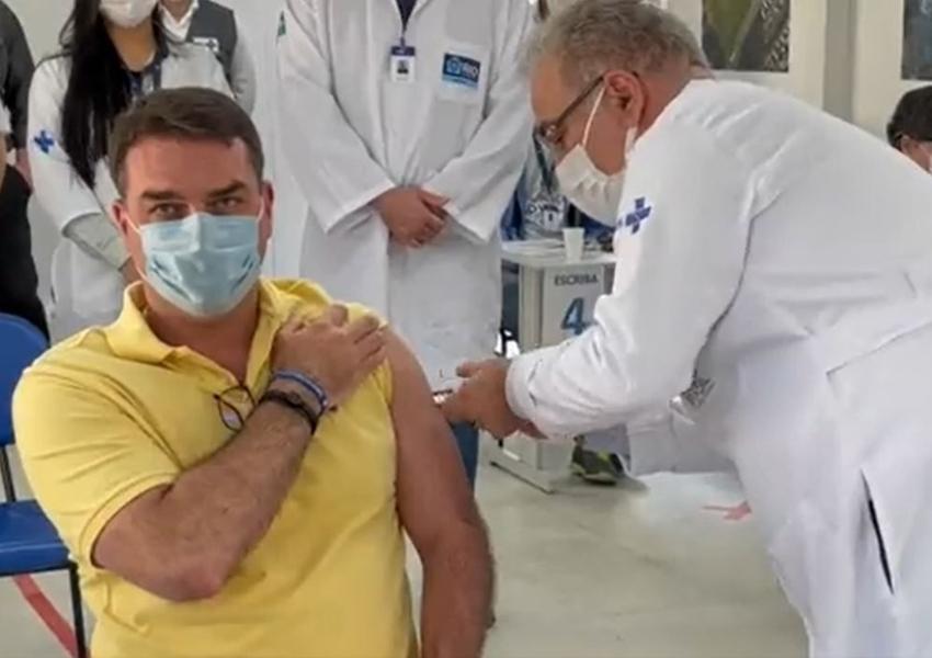 Flávio Bolsonaro posta vídeo sendo vacinado por Marcelo Queiroga e ironiza: Obrigado ao 'negacionista'