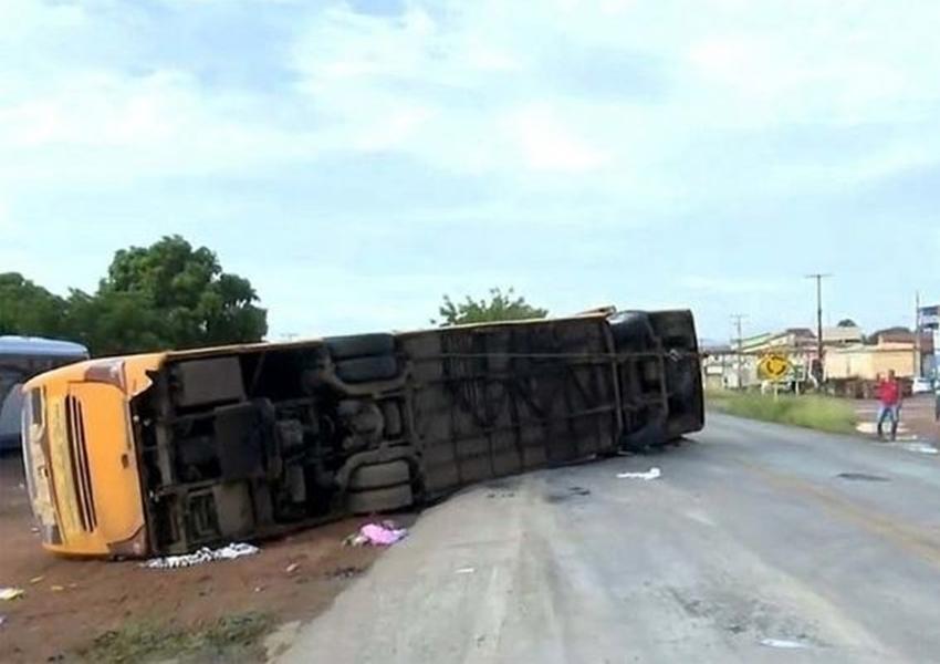 Quatro pessoas morrem e 20 ficam feridas em acidente com ônibus de turismo