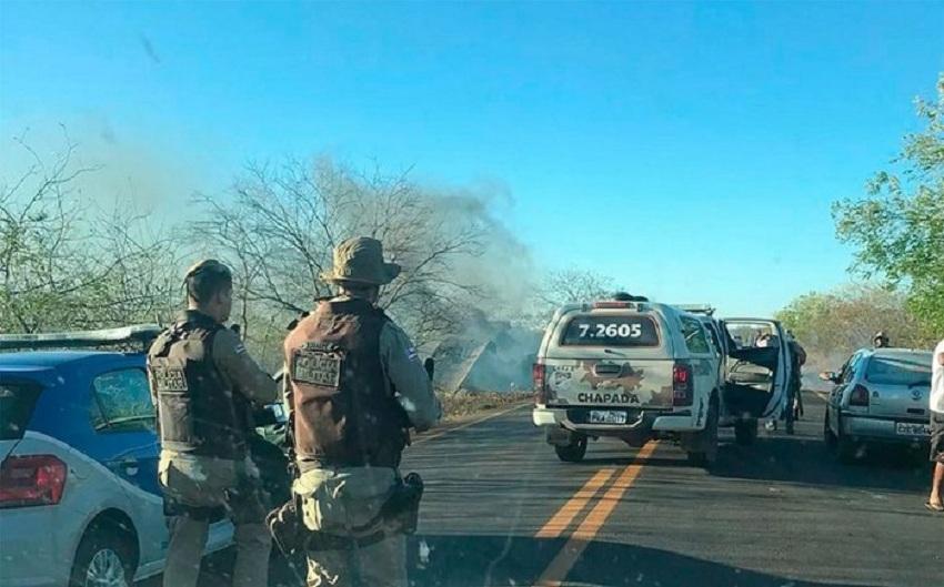 Bandidos interceptam e explodem carro-forte na rodovia BA-122, na Chapada Diamantina