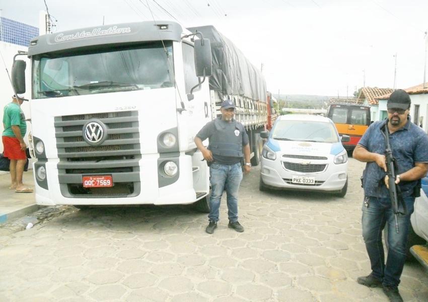 Dois caminhões e cargas roubadas são encontrados sob lonas em Encruzilhada