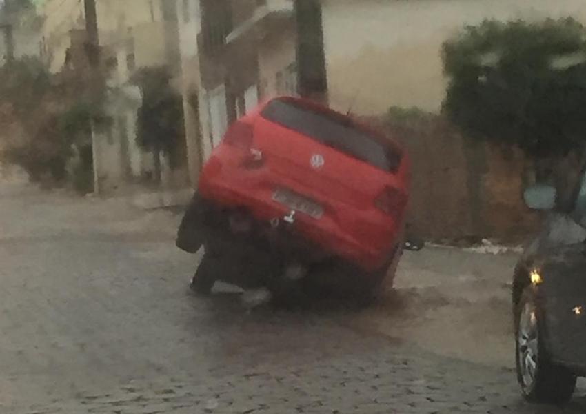 Livramento: condutor não vê buraco coberto por água da chuva e cai com veículo