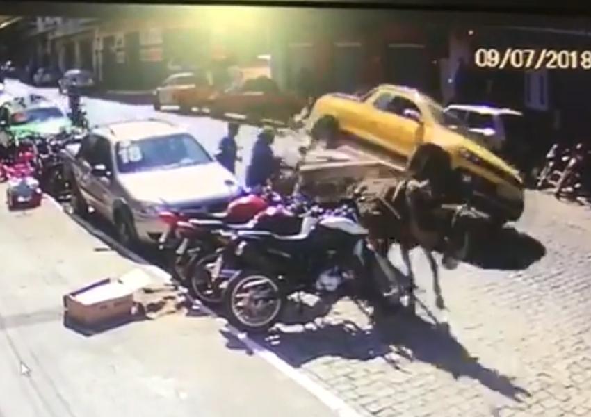 Veículo colide bruscamente contra carroça no centro de Livramento; veja vídeo