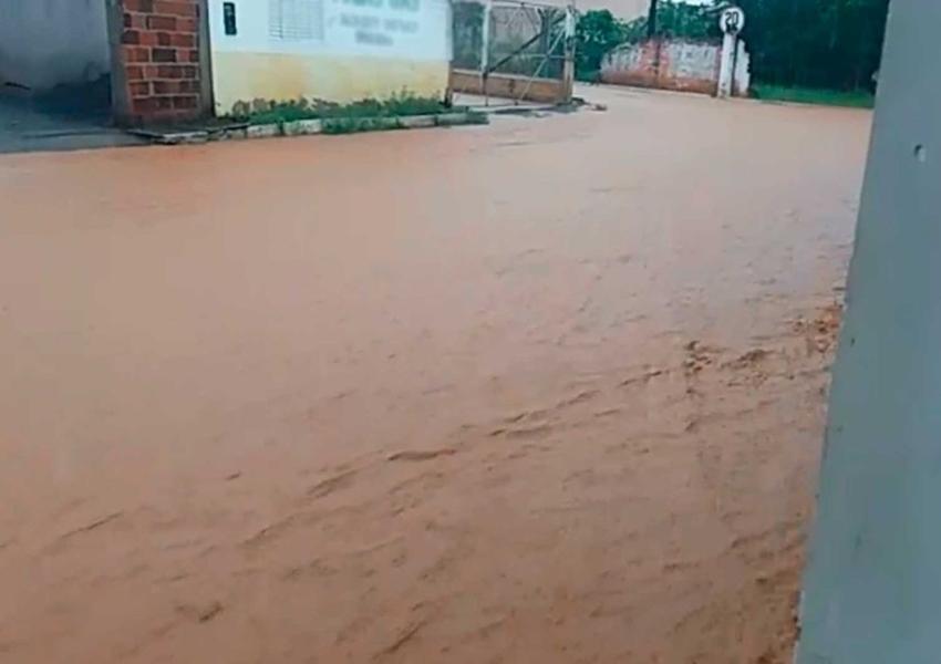Chuva forte deixa ruas alagadas e derruba muro de casa em São Desidério