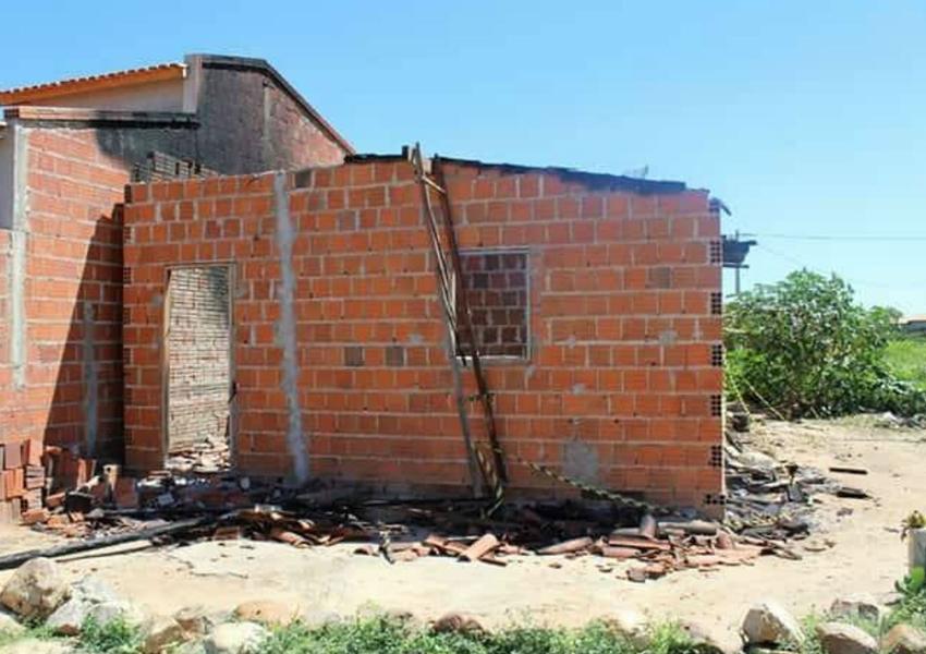 Mulher tem corpo carbonizado após companheiro colocar fogo em casa durante briga em Candiba
