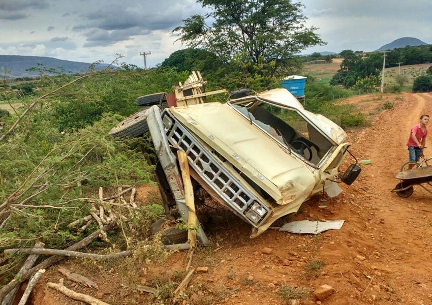 Livramento: Motorista perde controle de caminhonete e tomba em curva