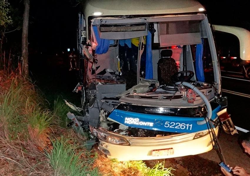 Batida entre caminhão, ônibus e carro deixa feridos na BR-242, em Barreiras