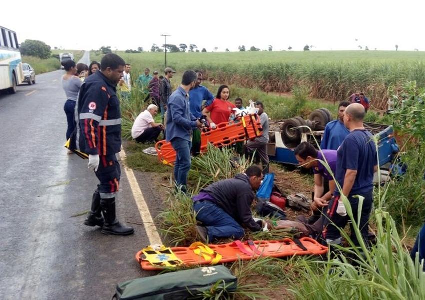 Ônibus com 46 pessoas tomba em rodovia no sul da Bahia; 12 ficam feridas