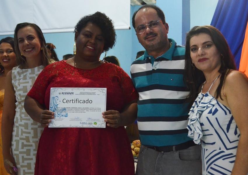 Participantes recebem certificados da oficina de maquiagem e cabeleireiro profissional