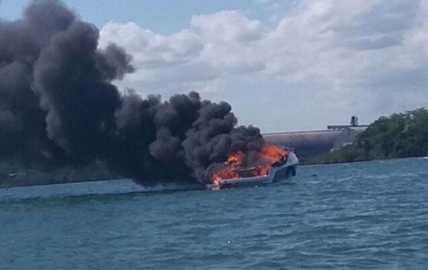 Lancha pega fogo na Baía de Aratu, em Salvador