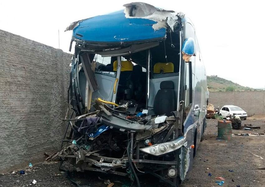 Batida entre ônibus e carreta mata motorista e deixa 8 feridos na BR-242