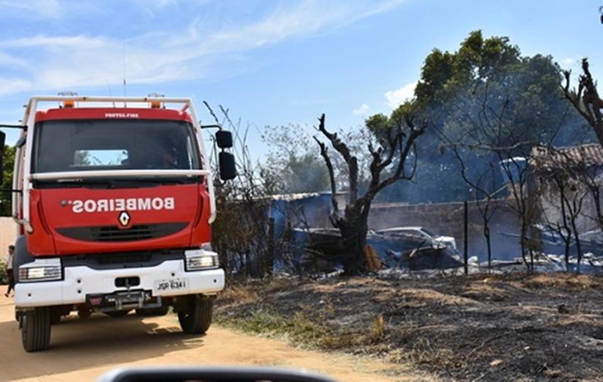 Incêndio atinge oficina e destrói jet skis, lanchas e carro em Vitória da Conquista