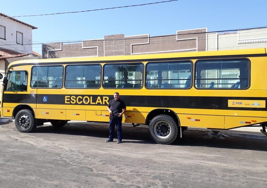 Prefeitura de Livramento recebe ônibus escolar do FNDE