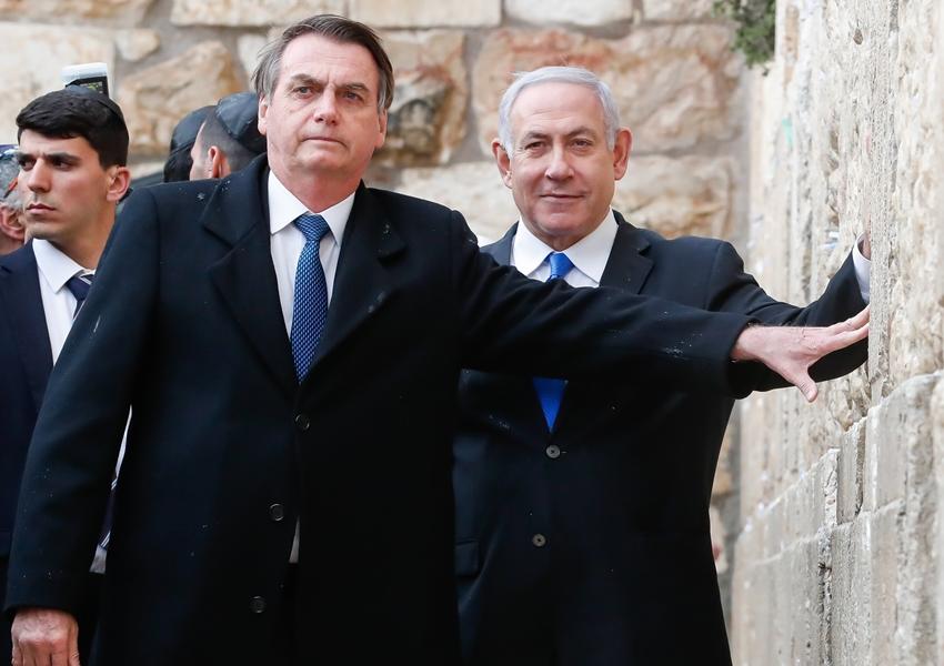 Bolsonaro pede 'que Deus olhe pelo Brasil' no Muro das Lamentações