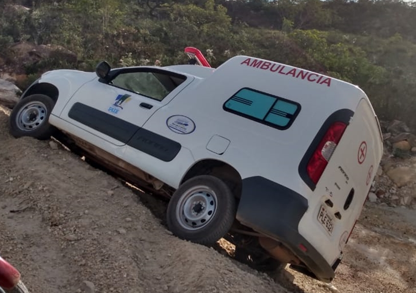 Ambulância que pertence o município de Rio de Contas quase tomba em estrada vicinal