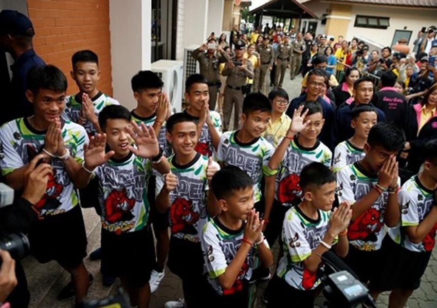 Meninos e técnico que ficaram presos em caverna na Tailândia recebem alta de hospital