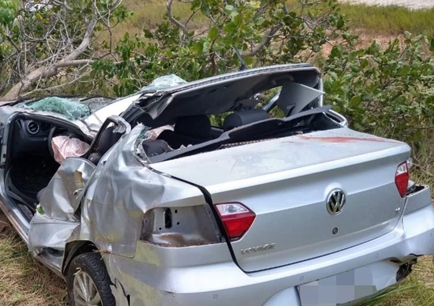 Homem morre e sobrinho de 12 anos fica ferido após carro bater em árvore em rodovia do Litoral Norte da BA