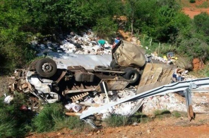 Maracás: Caminhão que seguia para Brumado tomba e mata motorista; passageira ficou ferida