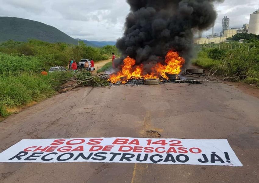 Manifestantes bloqueiam BA-142, trecho entre os municípios de Tanhaçu e Ituaçu, cobrando reconstrução da via