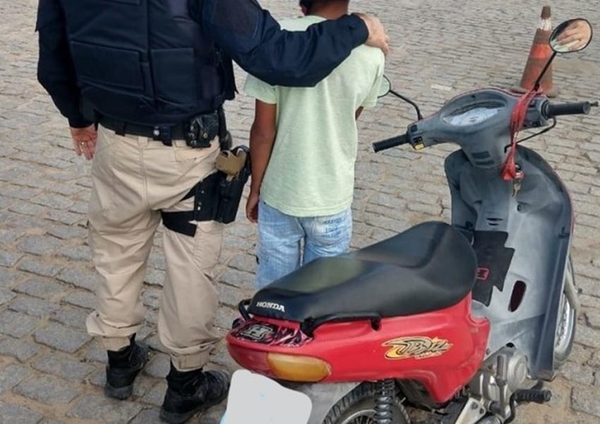 Criança de 11 anos é flagrada pilotando moto sozinha em rodovia; pai foi multado