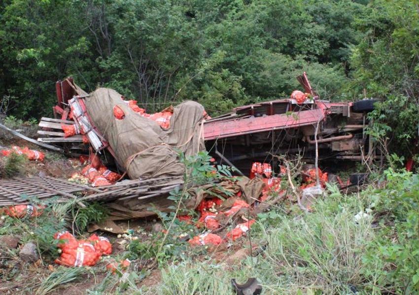 BA-148: Caminhão cai em ribanceira após apresentar falhas mecânicas; motorista saiu ileso