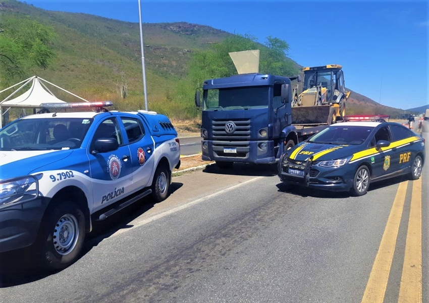 PRF e PMBA recuperam retroescavadeira avaliada em 150.000 reais e libertam refém na BR 116