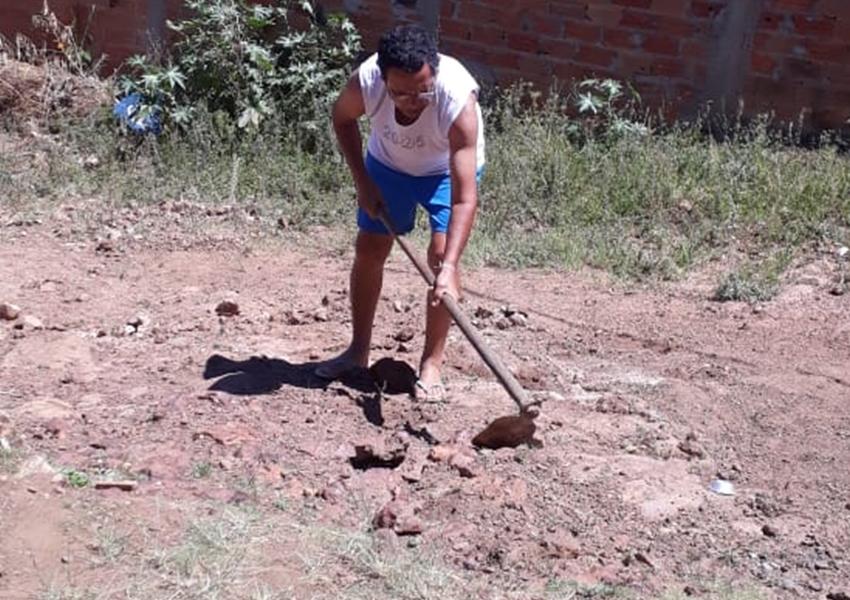 Cansado de esperar, morador faz capina em distrito de Rio de Contas