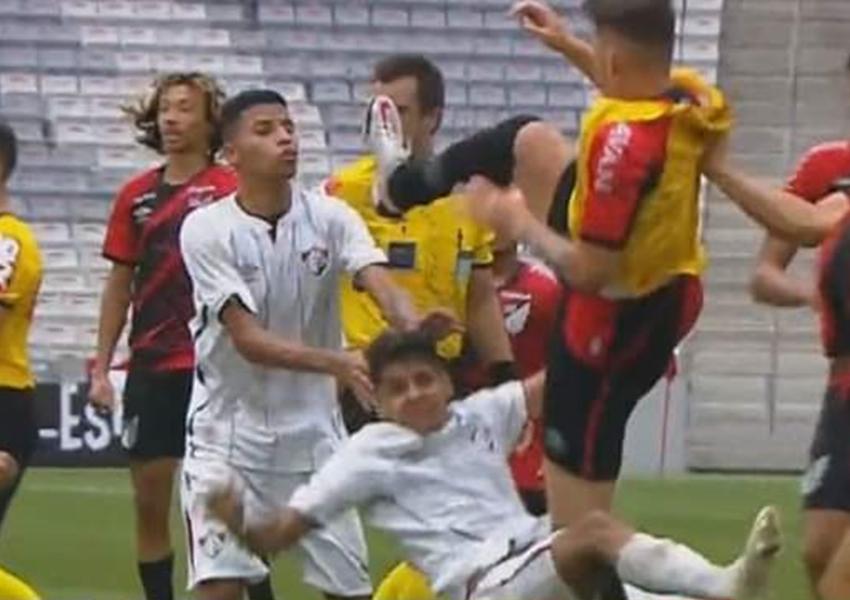Livramentense é atingido por voadora na partida da final do Brasileiro Sub-17