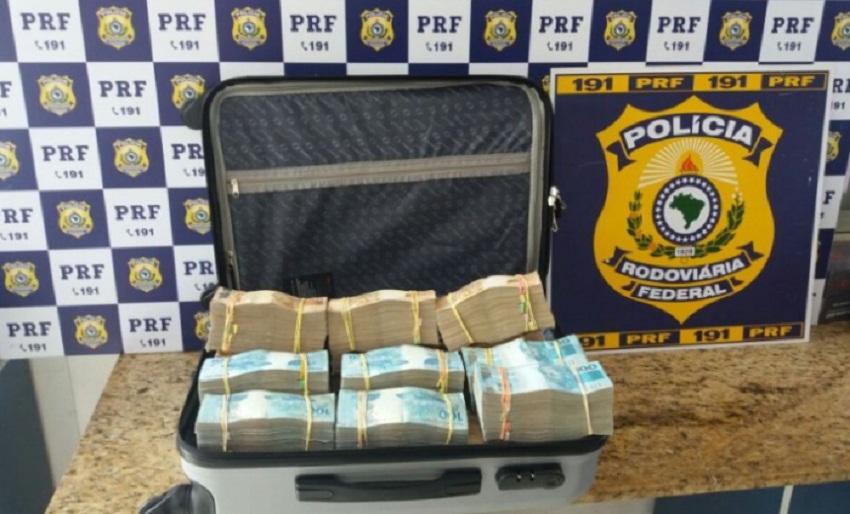 PRF apreende R$ 700 mil em dinheiro com passageiro de ônibus na BR-116, em Vitória da Conquista