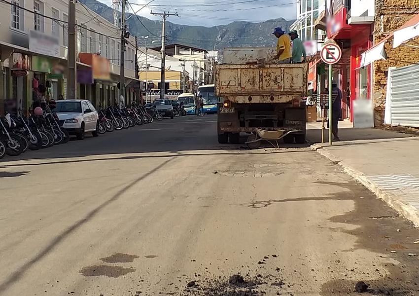 Prefeitura municipal realiza operação tapa-buracos em Livramento