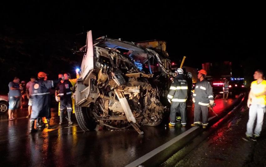Motorista de caminhão fica preso nas ferragens e morre em batida com carreta