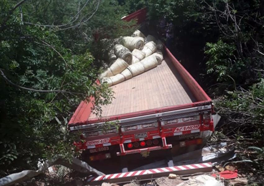 Serra das Almas: Caminhão carregado de esteiras caiu em ribanceira na BA-148