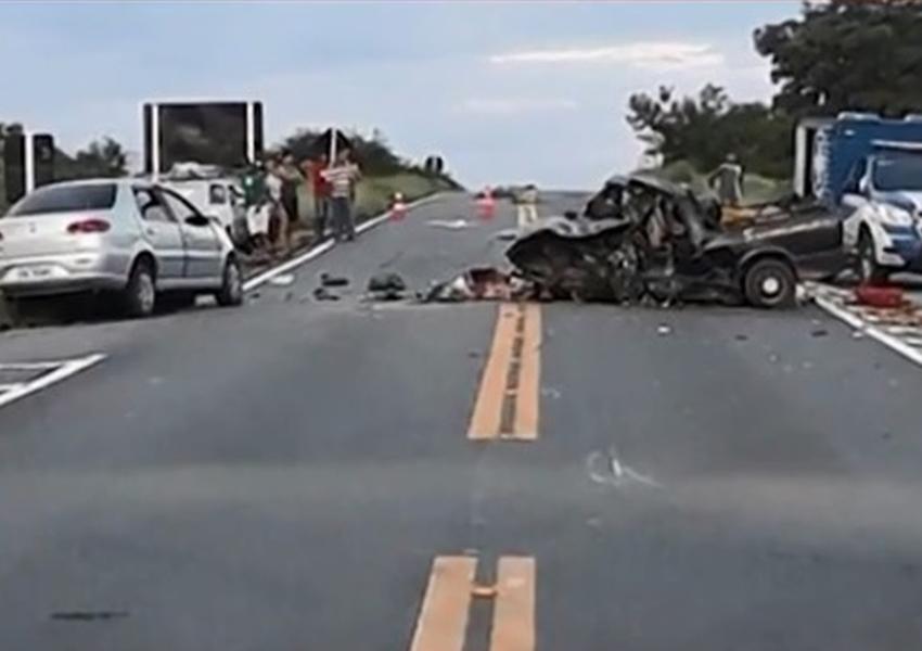 Colisão entre dois carros e uma moto deixa duas pessoas mortas  próximo a Guanambi