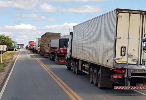 Greve dos caminhoneiros chega ao terceiro dia em Brumado; população fez festa na noite de terça (22)