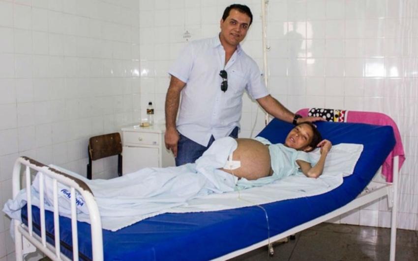 Jovem com barriga gigante é transferida para hospital de Salvador e tem quadro de saúde estável