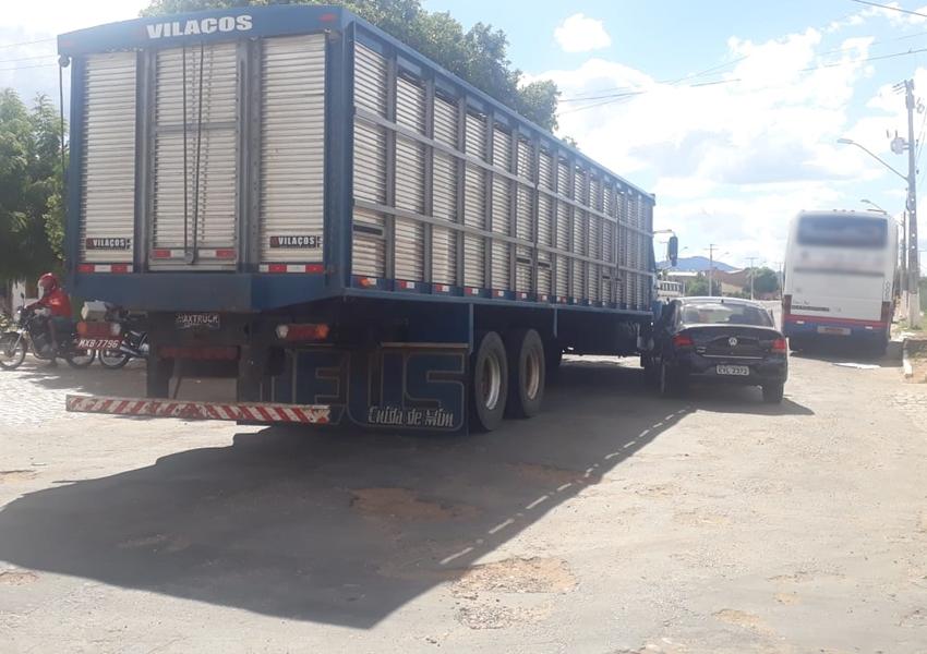 Livramento: Carro colide na lateral de caminhão no Bairro Taquari