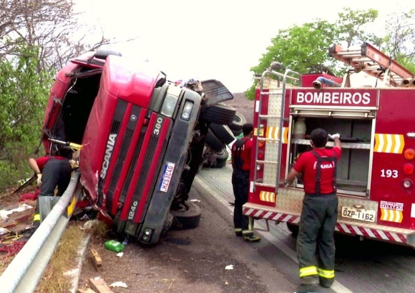 Duas pessoas ficam feridas após carreta tombar na BR-242, no oeste da Bahia