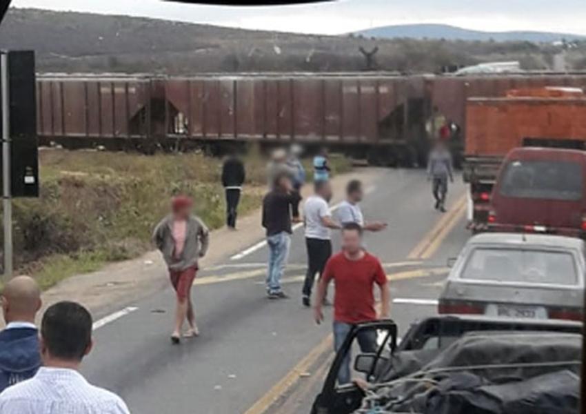 Trem atinge carreta na passagem da linha férrea na BR-030