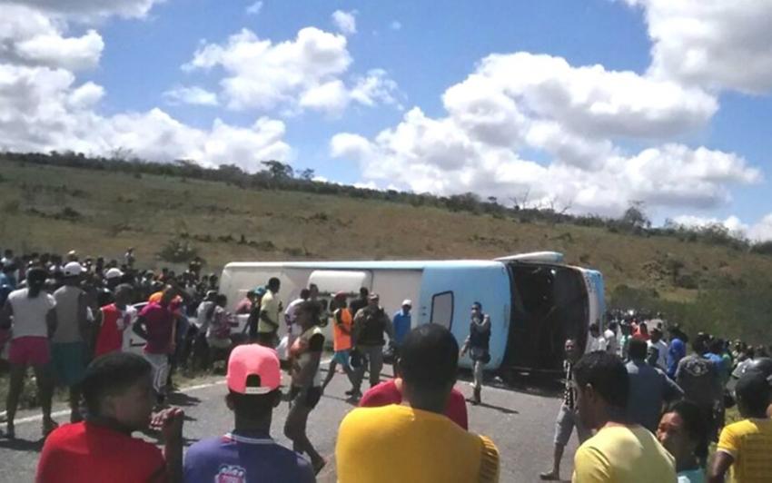Ônibus que saiu de Itaberaba tomba na região de Piritiba e deixa 4 mortos na BA-421