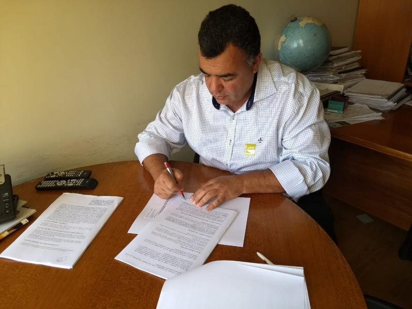 Prefeito de Livramento Ricardinho Ribeiro assina contrato para adquirir usina móvel de asfalto