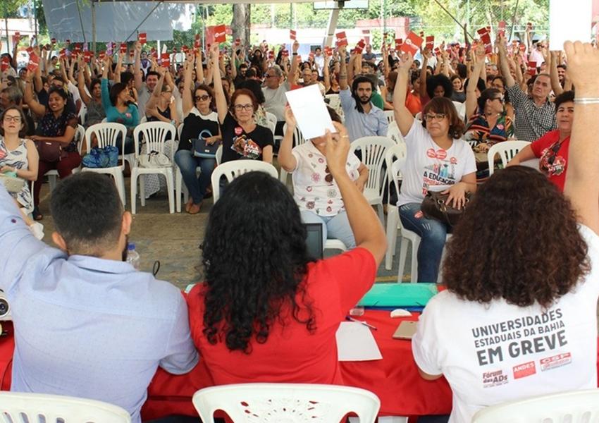 Em assembleia professores da Uneb mantêm greve que já dura 2 meses e elaboram nova proposta de acordo