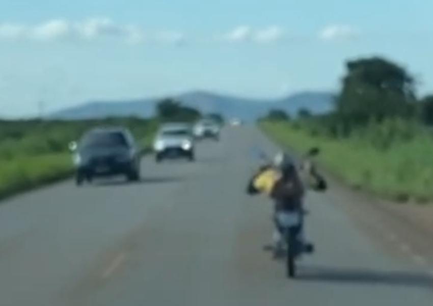 Motociclista é flagrado pilotando deitado sobre moto entre Livramento e Dom Basílio; veja o vídeo